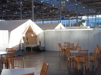 Die Zeltdörfer sind mit Betten, Spinden sowie Tischen und Stühlen ausgestattet