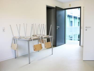Als zentraler Raum der einzelnen Wohnungen ist die Wohnküche vorgesehen, die gleichzeitig auch der Erschließung der Wohnung dient