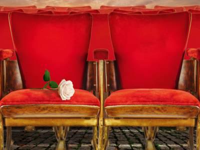 Zwei Sessel stehen auf Kopfsteinpflaster.
