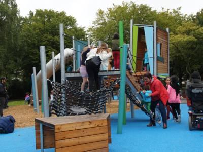 Kinder auf einem Spielplatz.