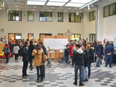 Haupthalle der VHS, in der eine Messe für nachhaltige Schülerfirmen stattfindet