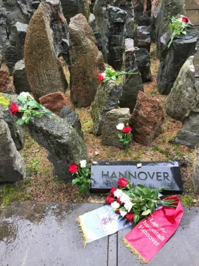 An der Gräber- und Gedenkstätte Riga-Bikernieki wurde ein Kranz niedergelegt