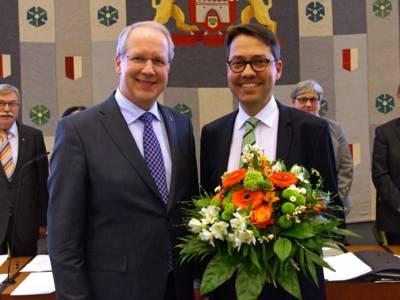 Zwei Männer mit Blumen.