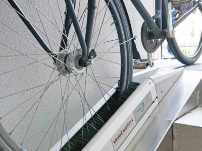 Zwei seitlich eingebaute Bürstenleisten sorgen, dass das Fahrrad während des Abwärtsgehens gebremst wird