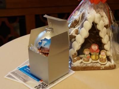 Eine Weihnachtskugel und ein Lebkuchenhaus.