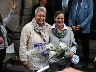 Zwei Frauen mit einem Blumenstrauß.