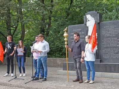 Jugendliche die vor dem Denkmal am Ehrenfriedhof eine Rede halten.