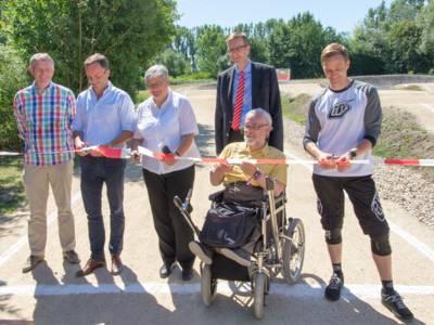 Sechs Personen durchtrennen ein Band zur Eröffnung der BMX-Bahn in Misburg