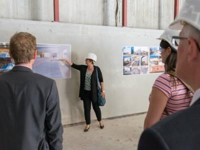 Eine Frau präsentiert Bau-Entwürfe