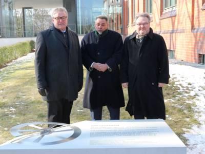 v.l.n.r.: Hauke Jagau (Regionspräsident), Siegfried Franz (Niedersächsischer Verband Deutscher Sinti e. V.), Thomas Hermann (Bürgermeister der Landeshauptstadt)