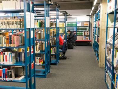 Gänge in einer Bücherei.