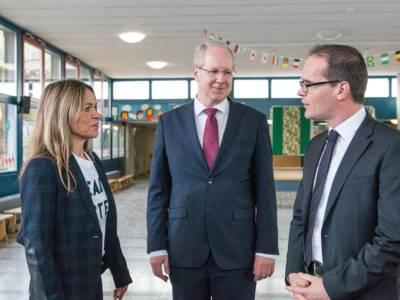 Stefanie Ramberg, Rektorin der Grundschule Mühlenberg, mit OB Stefan Schostok und Kultusminister Grant Hendrik Tonne