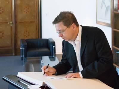 Norbert Hummelt trägt sich ins Goldene Buch der Stadt ein