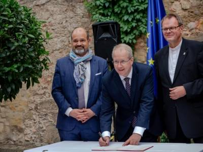 Oberbürgermeister Stefan Schostok unterschreibt in Anwesenheit von Sami Kanaan (Stadtpräsident Genf) und Stadtsuperintendent Hans-Martin Heinemann die Genfer Erklärung um Engagement der Städte für die Menschenrechte und das kulturelle Erbe.