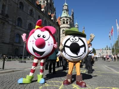 Die beiden Schützenfest-Maskottchen vor dem Neuen Rathaus