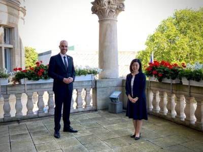 Der Oberbürgermeister von Hannover und die japanische Generalkonsulin auf einem Balkon des Neuen Rathauses.