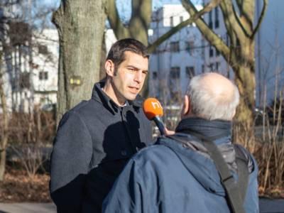 Ein Mann wird von einem anderen Mann interviewt