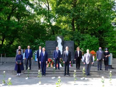 Menschen vor einer Gedenkstelle.