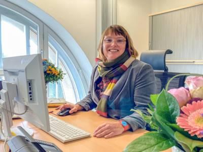 Eine Frau sitzend an einem Schreibtisch