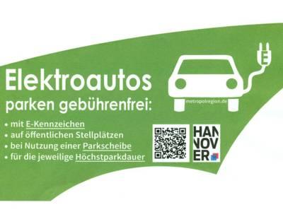 """Zeichnung eines Autos mit Stromkabel und die Aufschrift """"Elektroautos parken gebührenfrei"""""""