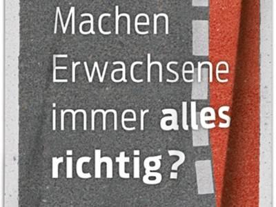 """Das Plakat mit der Aufschrift """"Machen Erwachsene immer alles richtig?"""" macht darauf aufmerksam, die Fehler von anderen Verkehrsteilnehmern zu berücksichtigen."""