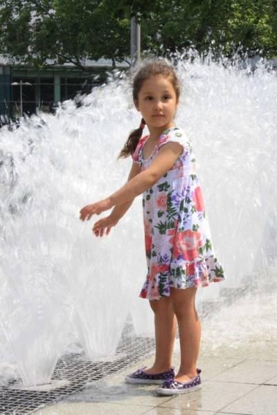 Spielendes Mädchen am Brunnen des Bahnhofsvorplatzes