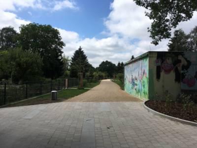 Durch eine Kleingartenanlage führender Fußweg