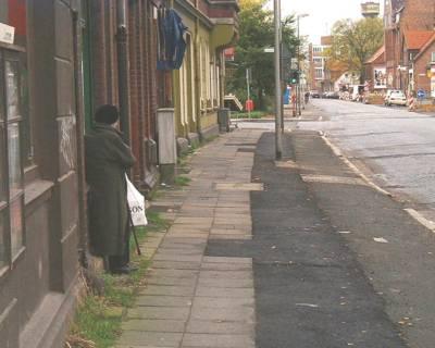 Straße in sanierungsbedürftigem Zustand