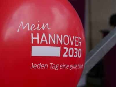 Roter Luftballon mit der Aufschrift: Mein Hannover 2030 – Jeden Tag eine gute Stadt