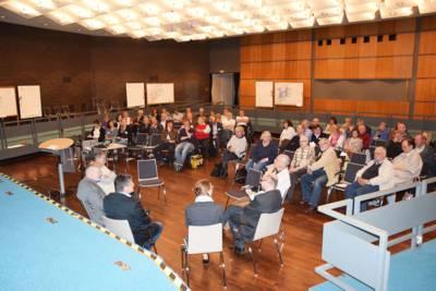 Diskutierende Personen und Auditorium