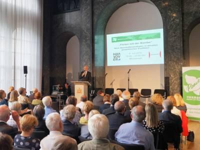 Stefan Schostok an einem Sprecherpult im Mosaiksaal