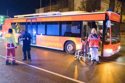 Zusätzliche Rettungswagenbesatzungen und Notärzte kümmerten sich um die Bewohner, die in einem Großraumrettungswagen betreut wurden.