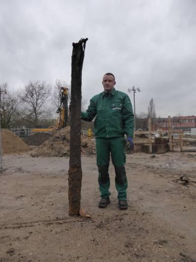 Vamid Olenberg, Mitarbeiter einer beauftragten Kampfmittelbergungsfirma, zeigt den im Erdreich gefundenen Metallkörper.