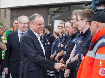 Ministerpräsident Stephan Weil an der IGS Büssingweg, im Hintergrund Oberbürgermeister Stefan Schostok