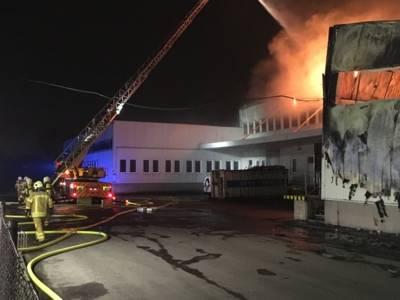 Der Feuerwehr gelang es, den dritten Hallenteil und die Nachbargebäude abzuriegeln und ein Übergreifen des Brandes zu verhindern.