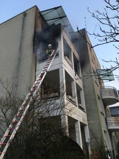 Vier Atemschutztrupps löschten den Brand in Bemerode und verhinderten die Brandausbreitung in das darüber liegende Geschoss.