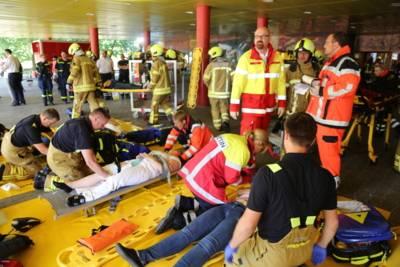 Die Patienten wurden in einer Patientenablage in unmittelbarer Nähe zur Einsatzstelle durch Notfallsanitäter und Notärzte medizinisch erstversorgt gesichtet.