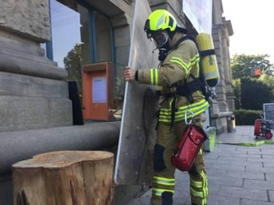 Einsatzkräfte der Feuerwehr übergeben die Exponate an die Notfallhelfer.