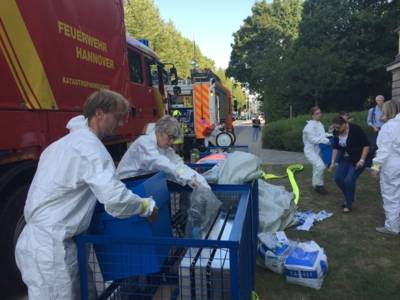 Die spezielle Notfallausrüstung lagert verlastet in Containern bei der Feuerwehr und wird durch Logistiker der Feuerwehr zur Einsatzstelle transportiert wurde.