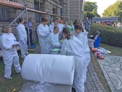 Die alarmierten Helfer*innen des Notfallverbundes waren nach der Bergung aus dem Schadenobjekt für die sofortige Sicherung der Kulturgüter an der Einsatzstelle verantwortlich.
