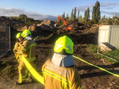 Feuerwehrleute auf einem Feld.