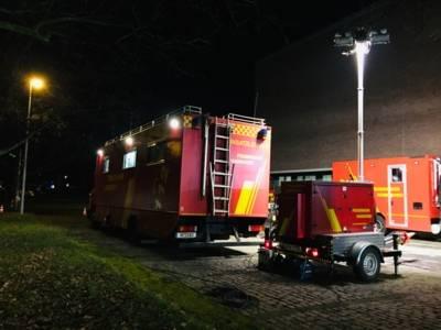 Fahrzeug der Feuerwehr in der Dunkelheit.