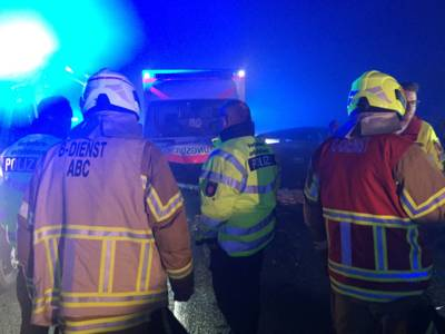 Einsatzkräfte von Feuerwehr und Polizei stimmen die Vorgehensweise an der Einsatzstelle auf dem Messeschnellweg ab.