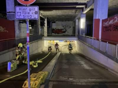 Mehrere Feuerwehrleute in einer Garage