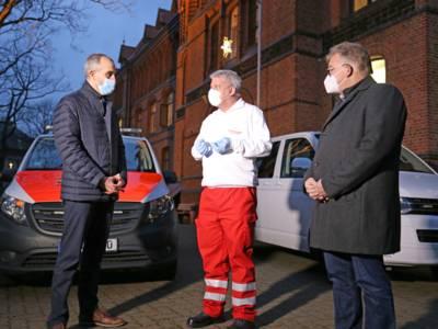 Oberbürgermeister Onay und Regionspräsident Jagau im Gespräch mit Feuerwehrarzt Dr. Schnell, der einer 86-Jährigen als erstes impfte.