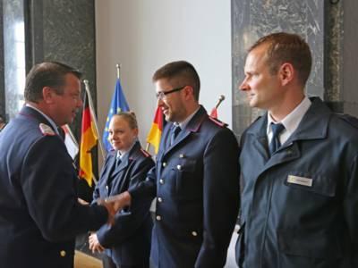 Neben dem stellvertretenden Leiter der Feuerwehr Dieter Rohrberg übergab auch Stadtbrandmeister Michael Wilke Bundeswehr-Coins an die Einsatzkräfte.