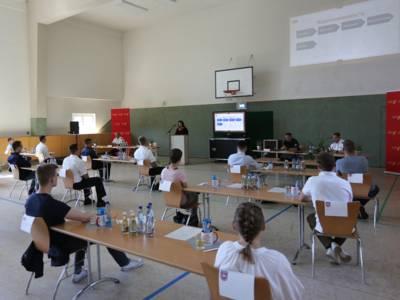 Hannovers Feuerwehrdezernentin Rita Maria Rzyski begrüßte die jungen Auszubildenden heute in der Sporthalle der FRW2