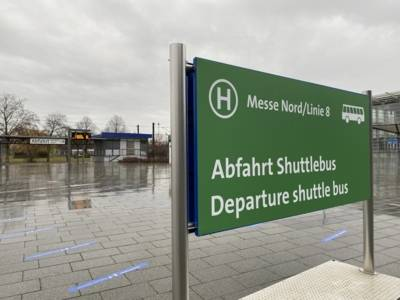 A sign that says: Departure shuttle bus.