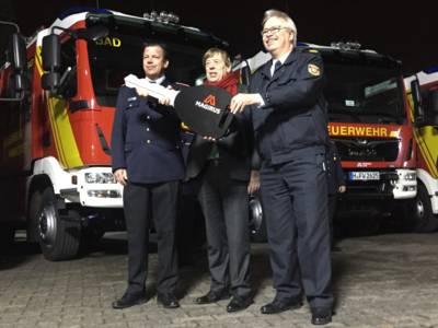 Stadtbrandmeister Wilke bekommt einen symbolischen Schlüssel bei der offiziellen Fahrzeugübergabe von Feuerwehrdezernent Härke und Fachbereichsleiter Lange übergeben (v.l.).