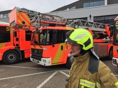 Feuerwehreinsatzkraft mit neuem Feuerwehrhelm.